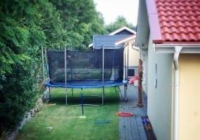 Trampolin im schwedischen Garten