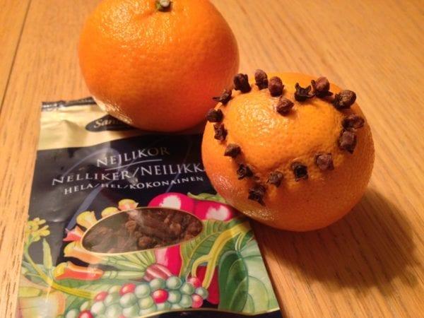 Schwedische Weihnachtsdeko-Idee Klementine mit Nelken