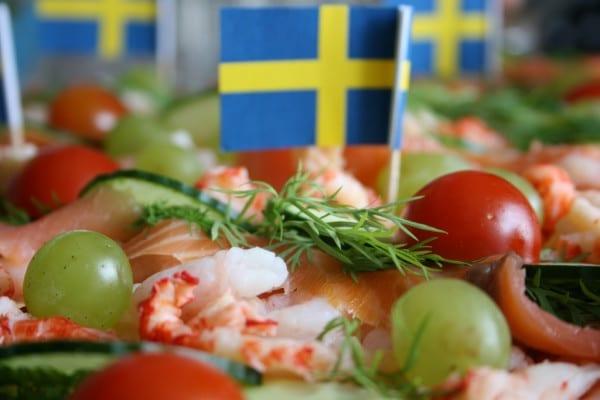 Schwedische Smörgåstårta mit Schweden-Flagge