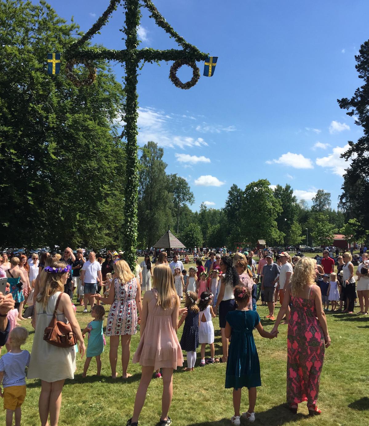 """Swedish midsummer celebration, Swedes dancing to """"små grodorna"""""""